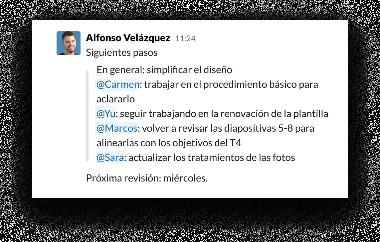 """Interfaz de usuario de Slack con la mención """"@"""" para organizar tareas y propietarios"""