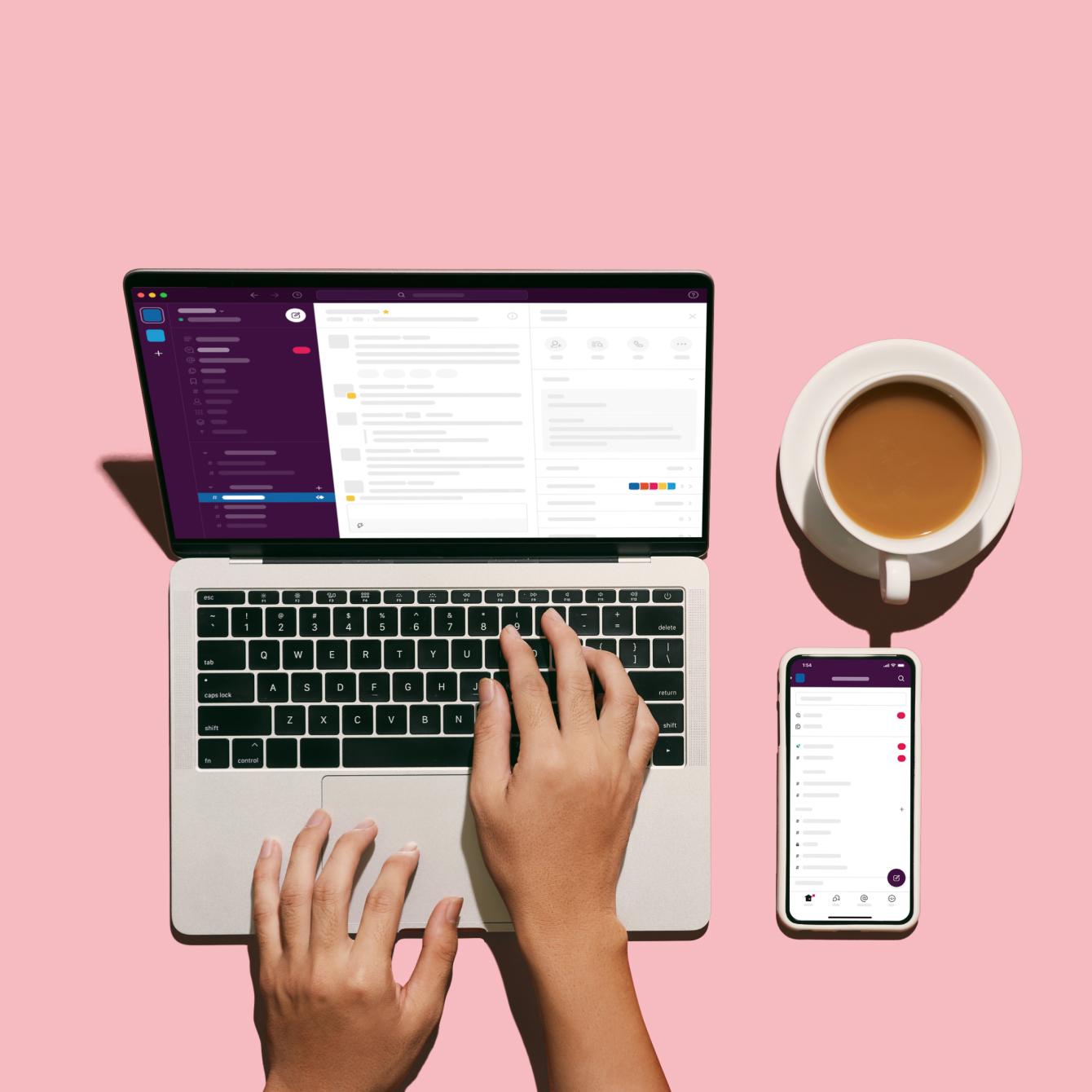 Pantalla de computadora con un café y un teléfono en la mesa