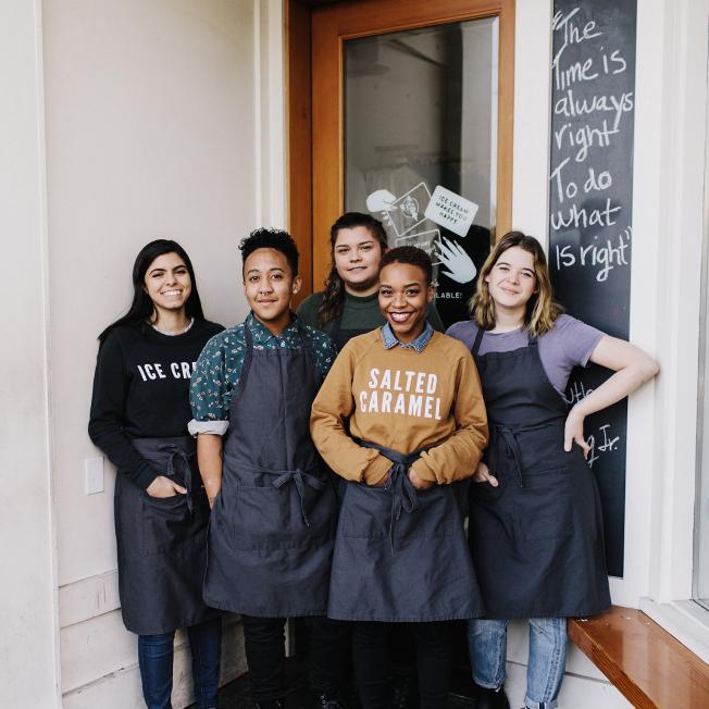 Grupo de funcionários de uma sorveteria